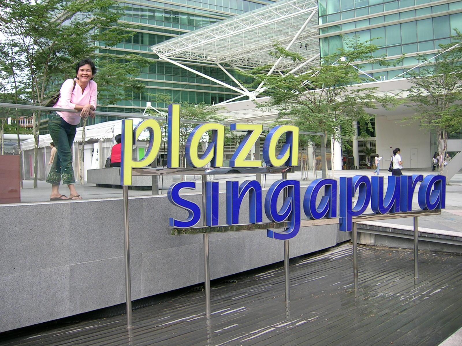 Mejeng di depan Plaza